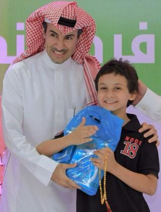 المذيع عبدالرحمن الحسين مع احد ابناء الجمعية