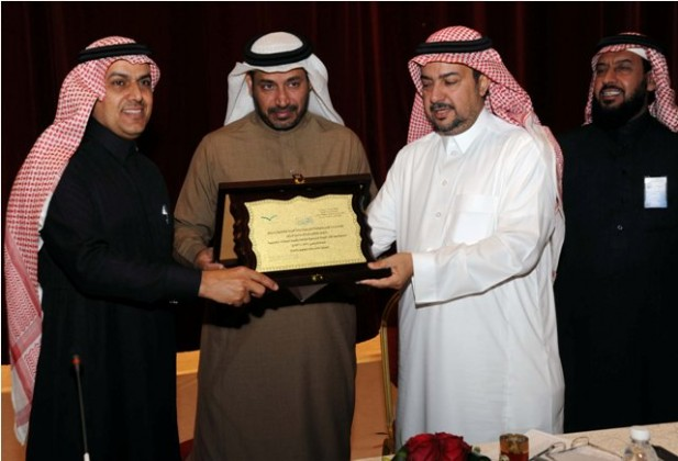 المرشد في الوسط يسلم درع الادارة للاستاذ عبدالرحمن الغفيلي