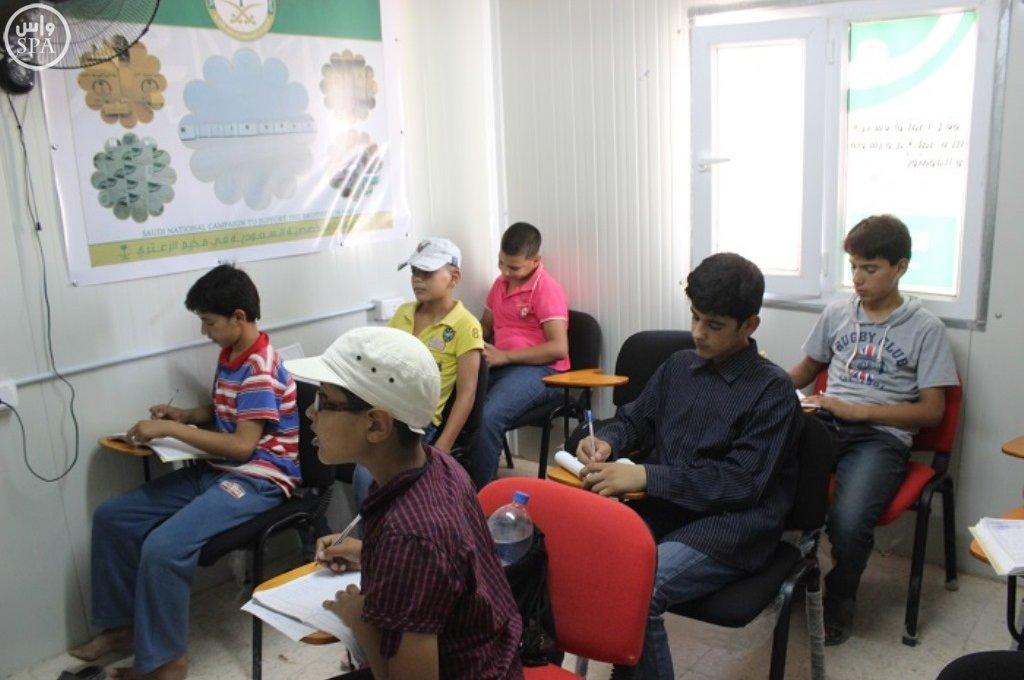 المركز السعودي يقدم خدماته التعليمية والتدريبية للاجئين السوريين في مخيم الزعتري (1)