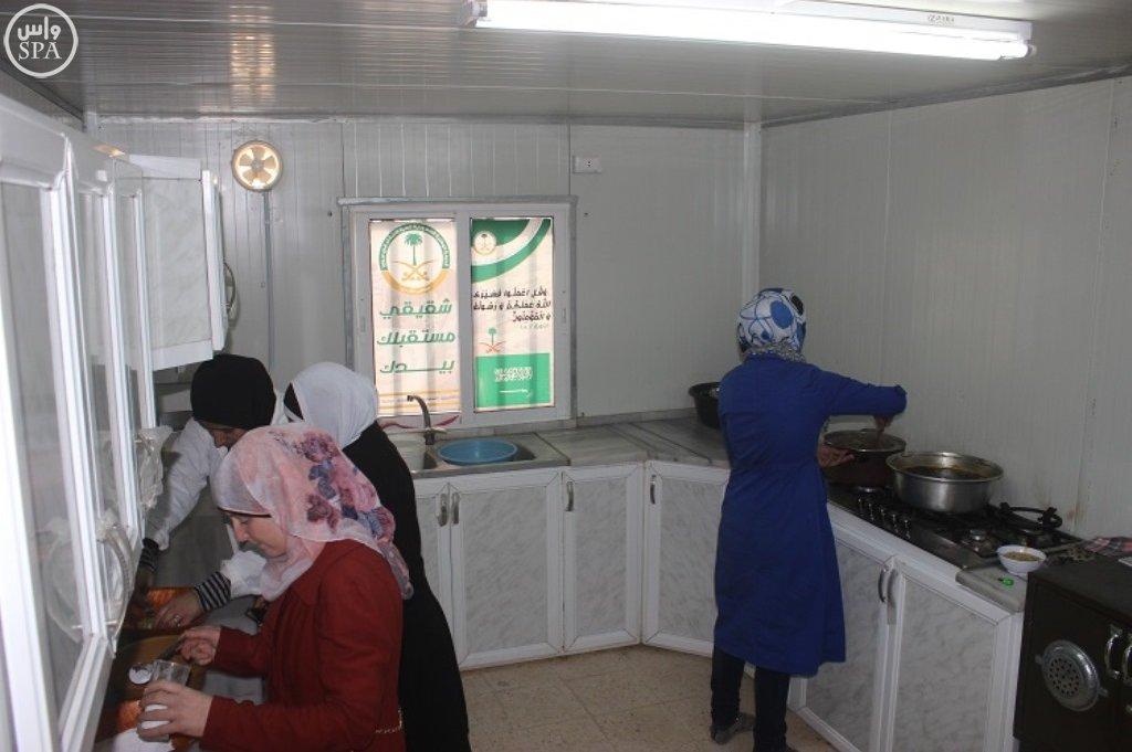 المركز السعودي يقدم خدماته التعليمية والتدريبية للاجئين السوريين في مخيم الزعتري (5)