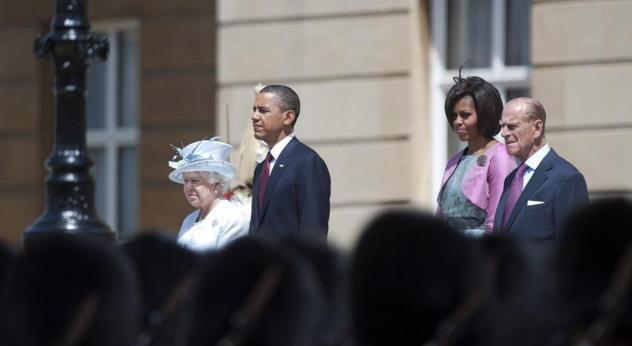 الملكة إليزابيث تتحدى أوباما وميشيل