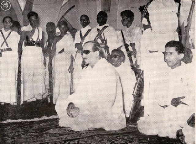 الملك-سعود-والملك-فيصل-امام-المصلين-بالمسجد-الحرام (4)