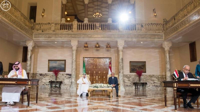 الملك سلمان اثناء توقيع الاتفاقية الجسر البري