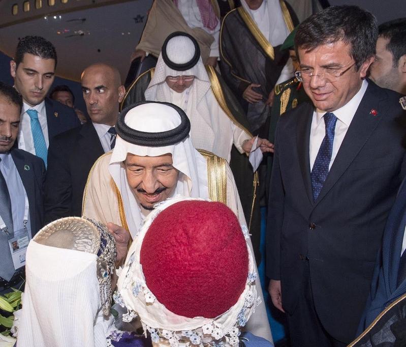 الملك سلمان لدى وصلة غلى تركيا2