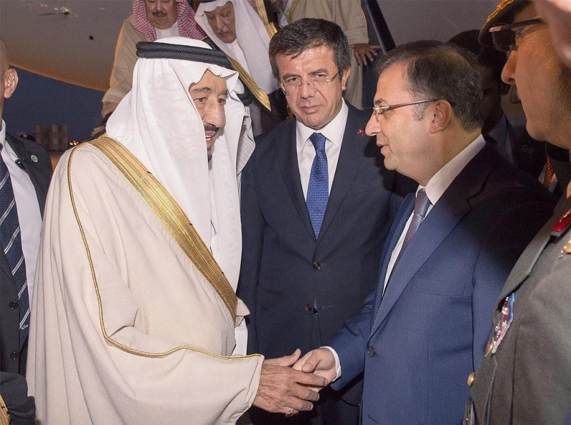 الملك سلمان لدى وصولة إلى تركيا3