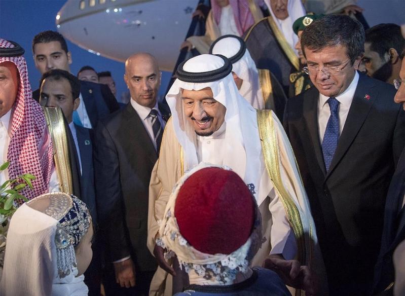 الملك سلمان لدى وصوله إلى تركيا