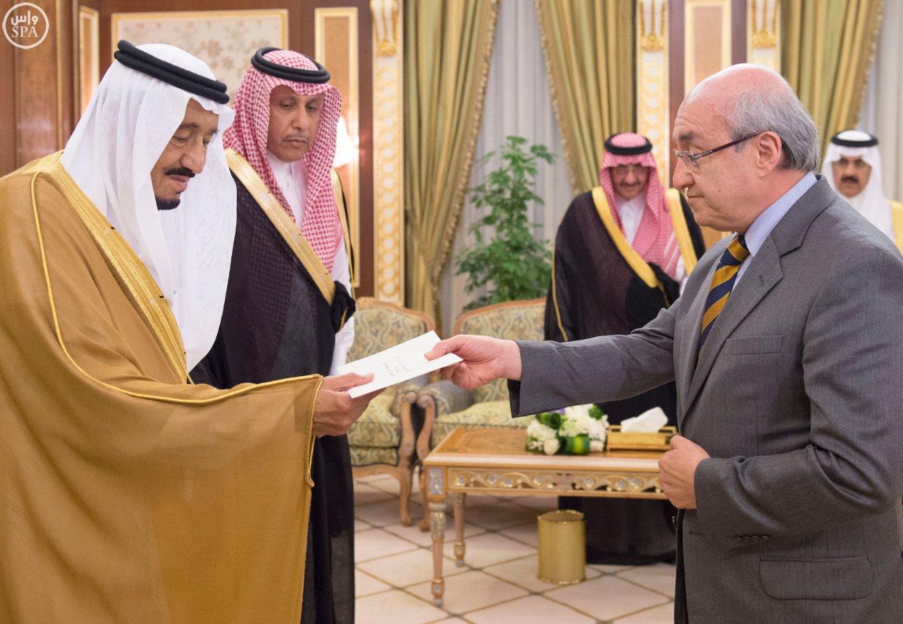 الملك سلمان يتسلم أوراق اعتماد 12 سفيراً لدى السعودية (2)