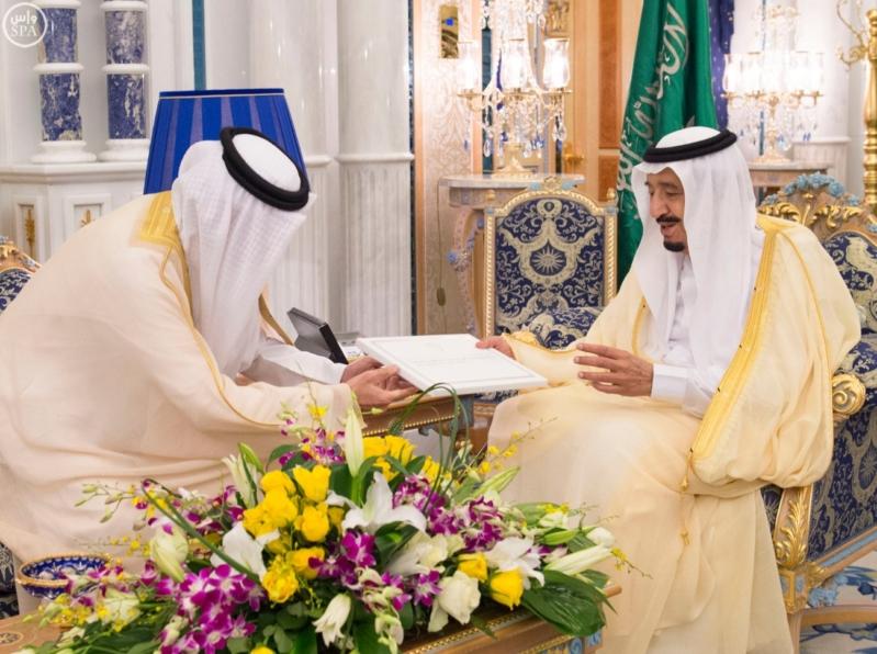 الملك سلمان يتسلم الرسالة من ملك البحرين