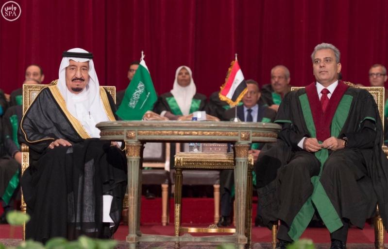 الملك سلمان يتسلم الشهادة الفخرية