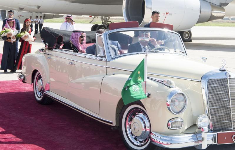 شاهد صور وصول خادم الحرمين إلى الأردن واستقباله في قصر الندوة