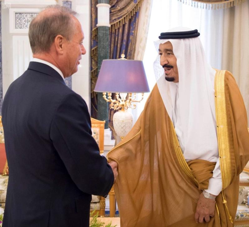 الملك سلمان يلتقي السفير الفرنسي (1)