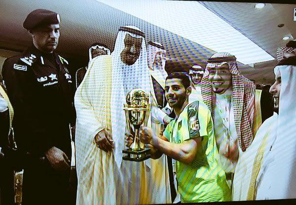 الملك سلمان يُسلم لاعبي الأهلي والنصر الميداليات4