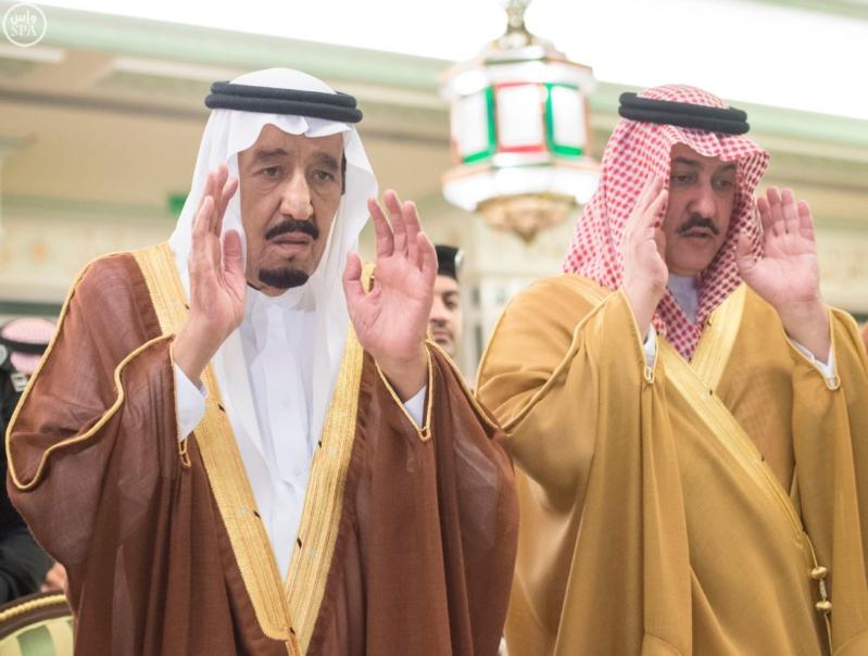 الملك يؤدي صلاة الميت على الأمير بدر بن محمد بن عبد العزيز1