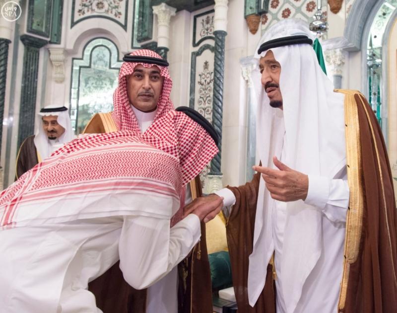 الملك يؤدي صلاة الميت على الأمير بدر بن محمد بن عبد العزيز11