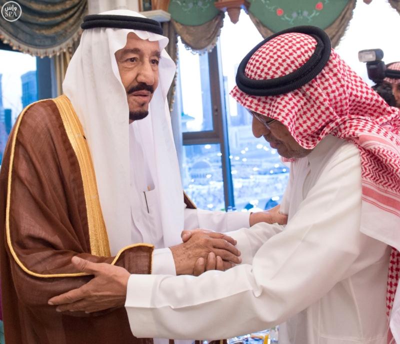الملك يؤدي صلاة الميت على الأمير بدر بن محمد بن عبد العزيز12