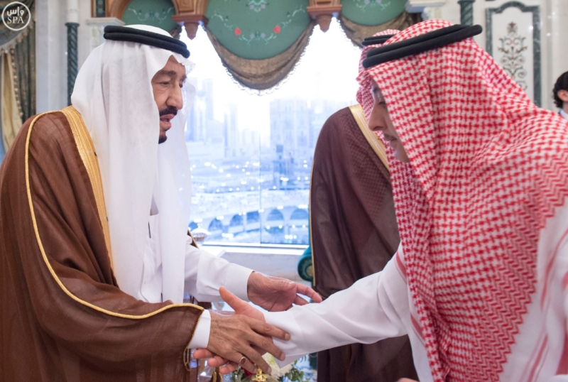 الملك يؤدي صلاة الميت على الأمير بدر بن محمد بن عبد العزيز13