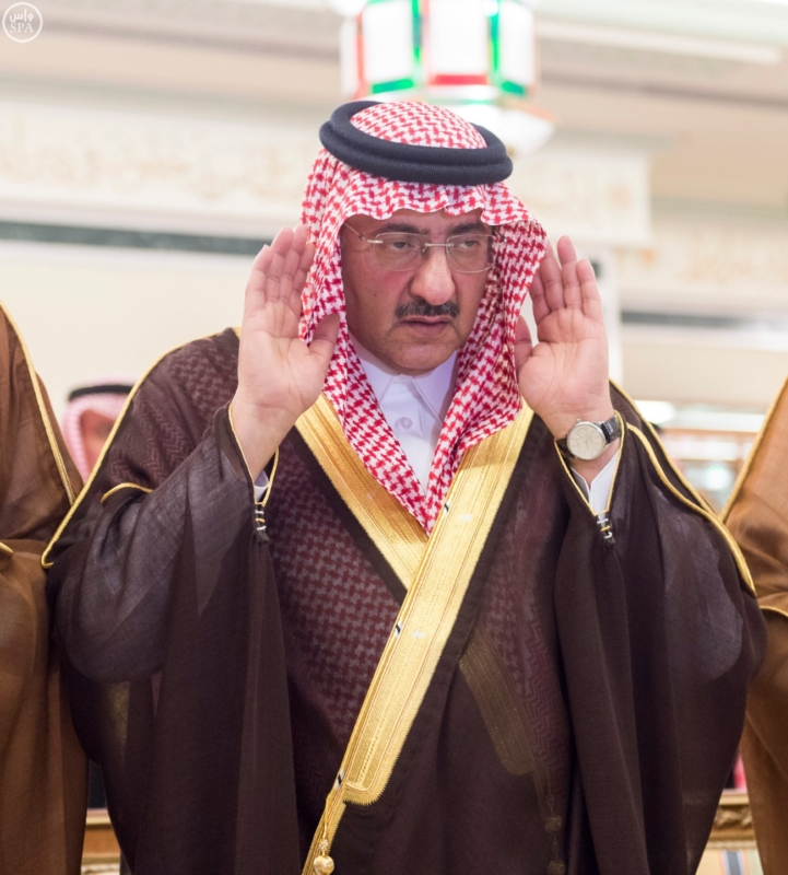 الملك يؤدي صلاة الميت على الأمير بدر بن محمد بن عبد العزيز2