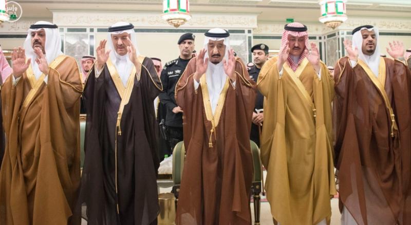 الملك يؤدي صلاة الميت على الأمير بدر بن محمد بن عبد العزيز5