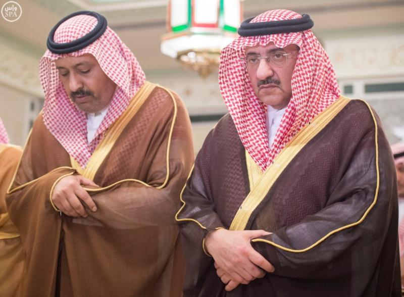الملك يؤدي صلاة الميت على الأمير بدر بن محمد بن عبد العزيز6