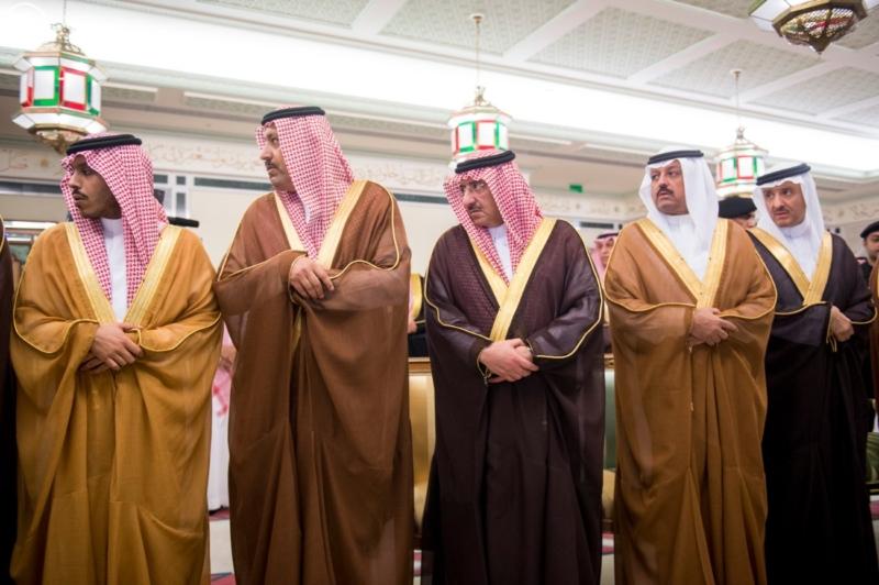الملك يؤدي صلاة الميت على الأمير بدر بن محمد بن عبد العزيز7