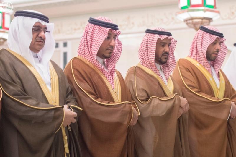الملك يؤدي صلاة الميت على الأمير بدر بن محمد بن عبد العزيز8