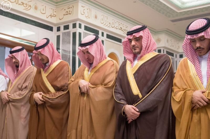 الملك يؤدي صلاة الميت على الأمير بدر بن محمد بن عبد العزيز9