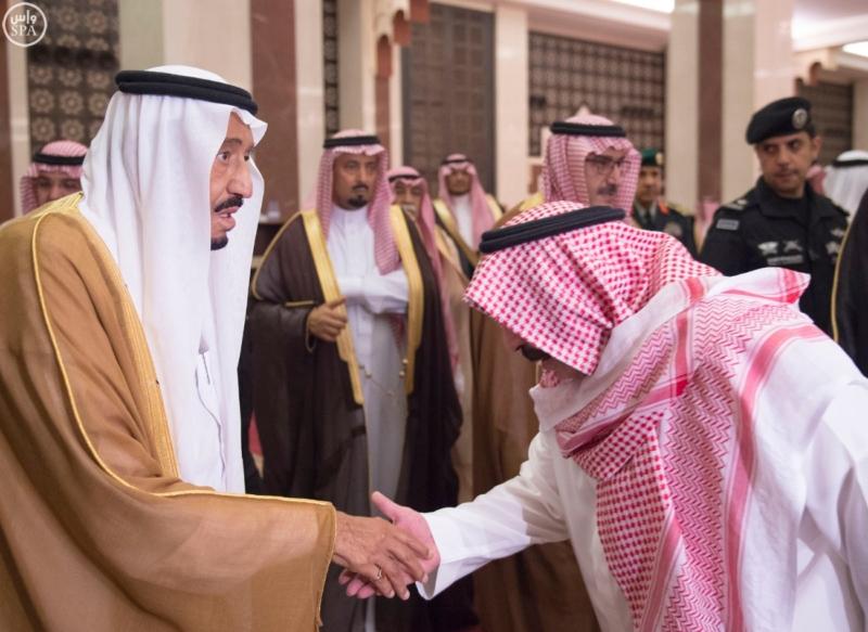 الملك يؤدي صلاة الميت على سمو الاميرة حصة بنت سعود