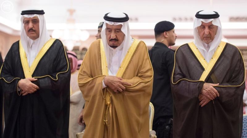 الملك يؤدي صلاة الميت على سمو الاميرة حصة بنت سعود3
