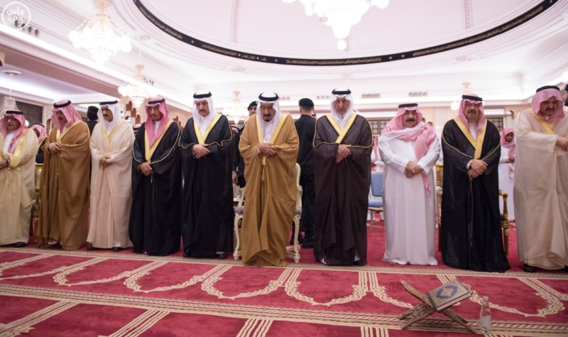 الملك يؤدي صلاة الميت على سمو الاميرة حصة بنت سعود4