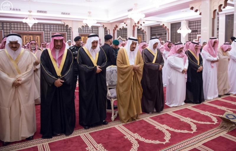 الملك يؤدي صلاة الميت على سمو الاميرة حصة بنت سعود5
