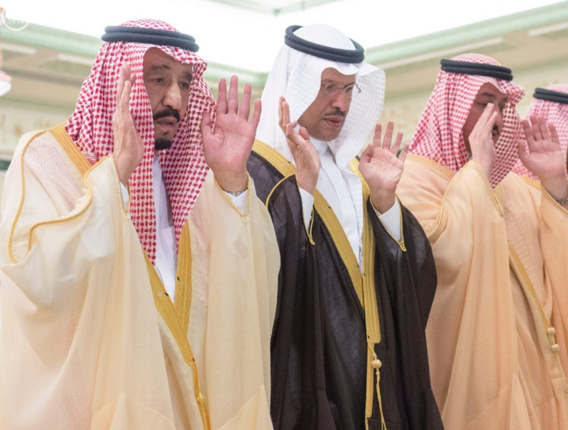 الملك يؤدي صلاة المَيْت على الأمير منصور بن فيصل بن سعود (1)