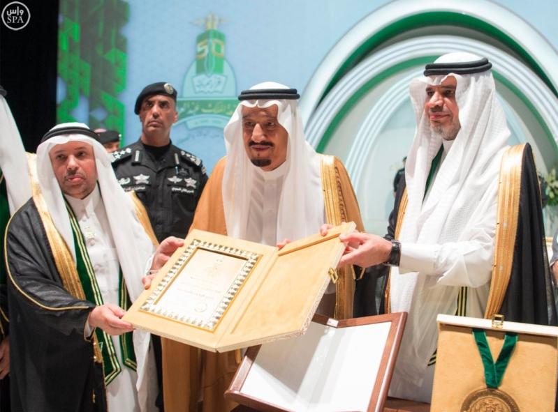 الملك ييتسلم شهادة فخرية من جامعة الملك عبد العزيز