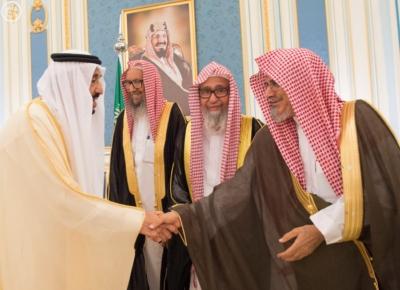الملك يستقبل أصحاب السمو والامراء ومفتي عام المملكة1