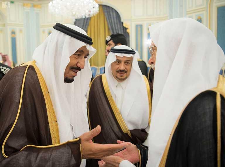-يستقبل-الأمراء-والمفتي-ومواطنين-في-قصر-اليمامة-4