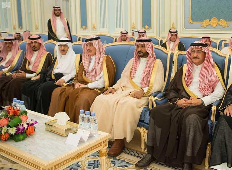 -يستقبل-الأمراء-والمفتي-ومواطنين-في-قصر-اليمامة-5