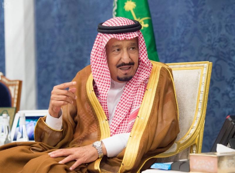 شاهد الملك يستقبل المعزين في وفاة الأمير عبدالرحمن بن عبدالعزيز