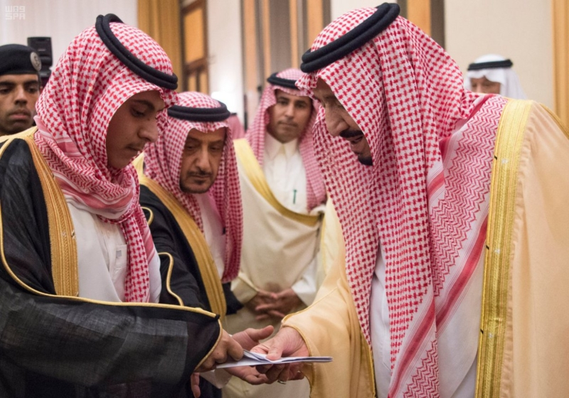 الملك يستقبل الامراء والعلماء وجموعا من المواطنين2