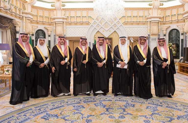 الملك يستلم التقرير السنوي.jpg2