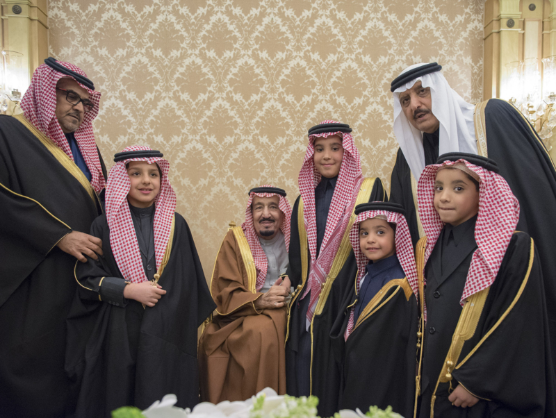 الملك يشرف حفل زواج ابناء اخيه الامير احمد بن عبدالعزيز (34669057) 