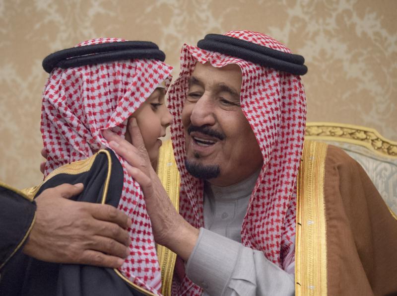 الملك يشرف حفل زواج ابناء اخيه الامير احمد بن عبدالعزيز (34669074) 