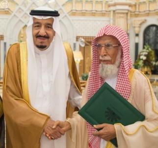 الملك يكرم الفائزين بجائزة المؤسس.jpg0
