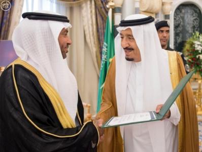 الملك يكرم الفائزين بجائزة المؤسس.jpg1