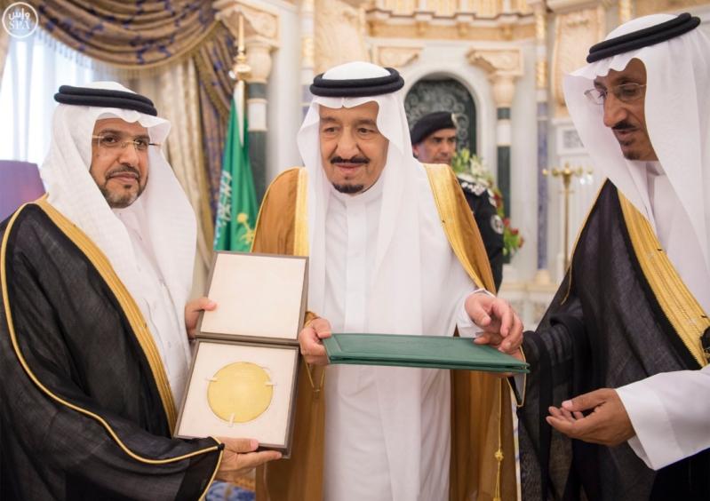 الملك يكرم الفائزين بجائزة المؤسس.jpg2