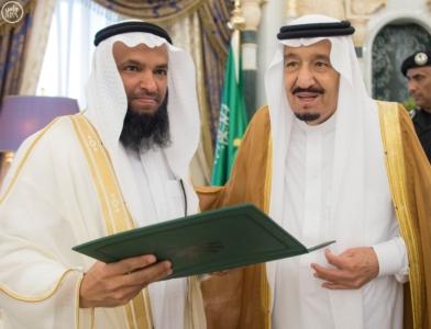 الملك يكرم الفائزين بجائزة المؤسس.jpg3
