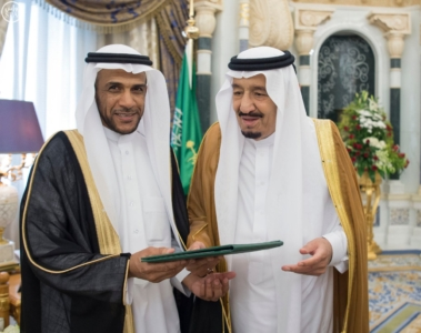 الملك يكرم الفائزين بجائزة المؤسس.jpg4
