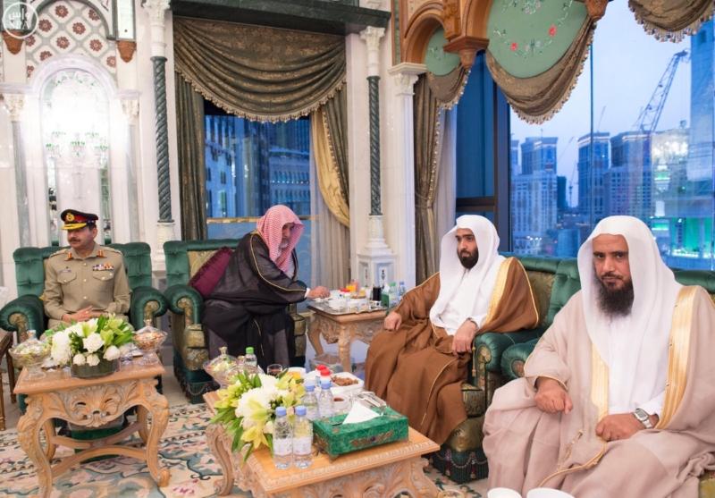 الملك يَسْتقْبل رئيس هيئة الأركان الباكستانية ووزيري الشؤون الإسلامية والحج13
