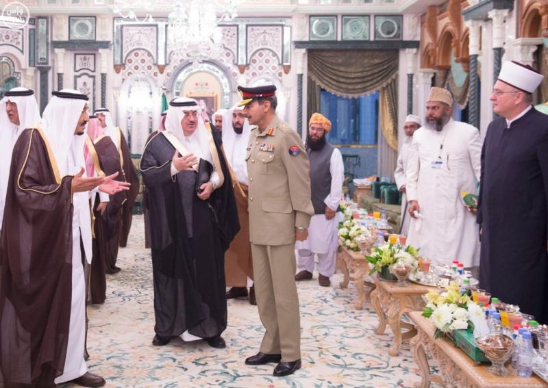 الملك يَسْتقْبل رئيس هيئة الأركان الباكستانية ووزيري الشؤون الإسلامية والحج7