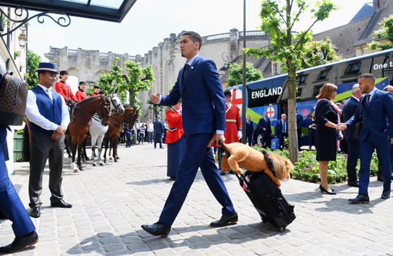 المنتخب الإنجليزي يصل فرنسا  (100257310) 