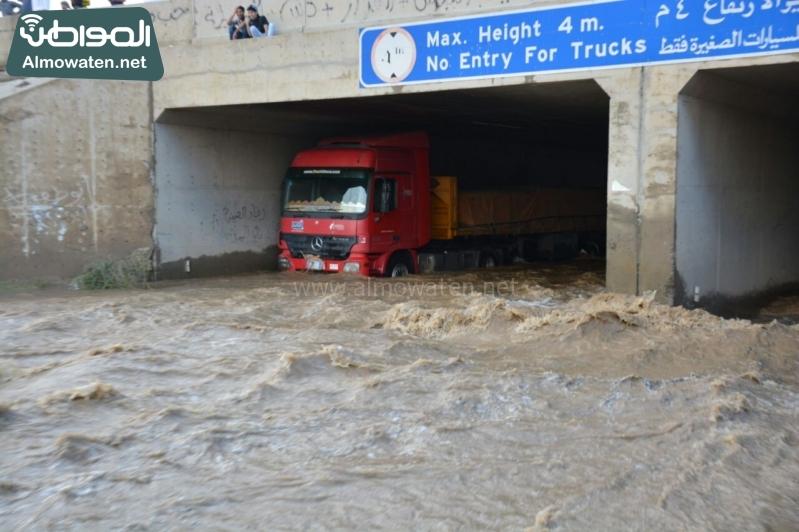 المواطن ترصد أرتفاع منسوب المياه في محافظة الطائف وغرق عدد كبير من المركبات ودور الامانة غائب (1) 