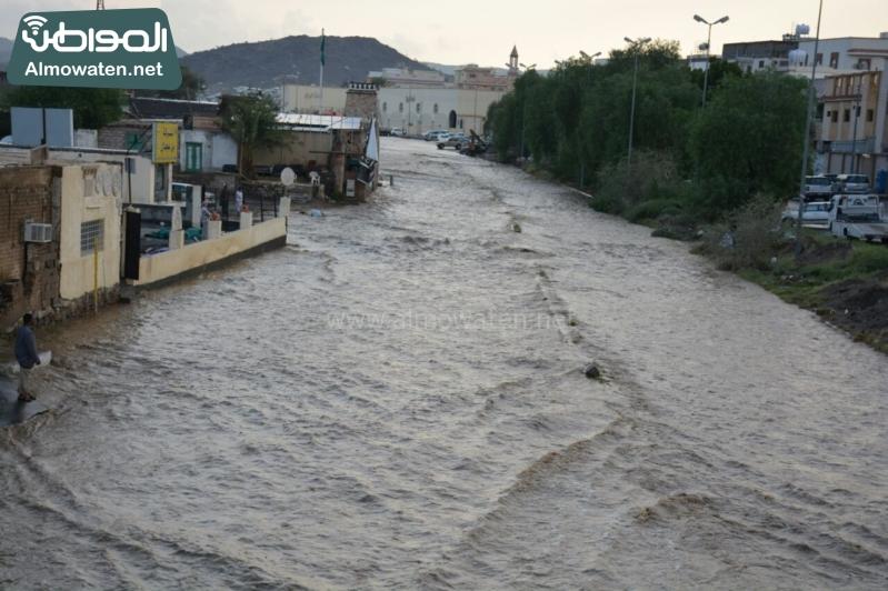 المواطن ترصد أرتفاع منسوب المياه في محافظة الطائف وغرق عدد كبير من المركبات ودور الامانة غائب (29880714) 